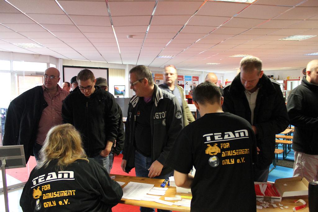 Bild: Die Teilnehmer für das Gäste- und Ligafinal-Turniere melden sich an.
