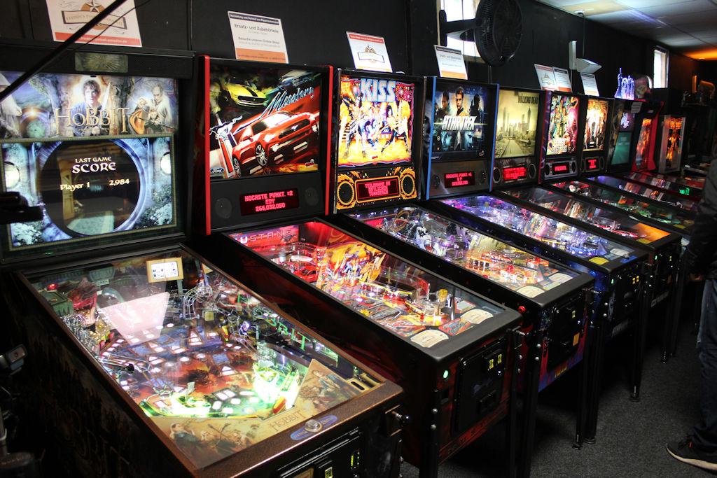 Bild: Flippergeräte von links nach rechts, Hobbit, Mustang, Kiss, Star Trek, The Walking Death, Ghostbusters, Games of Thrones, The Oz