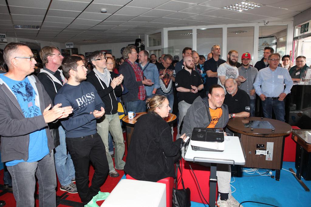 Bild: Lauschende Turnierteilnehmer bei der ersten Einweisung zum Turnier.
