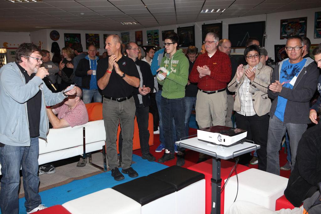 Bild: Hagen begrüßt die Teilnehmer des Turniers und gibt ein paar allgemeine Infos weiter.