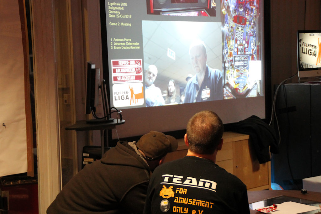 Bild: FAMS Foyer, Leinwand mit Live-Bildern von den Finalspielen